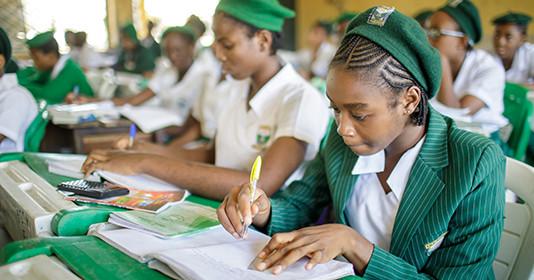 Schüler:innen beim Unterricht an der                                öffentlichen Schule in Kwali, Abuja,                                Nigeria